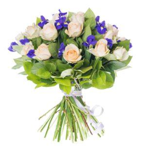 Lys rosenbuket med liljer